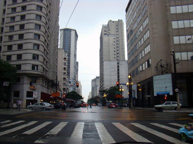"""Trecho da música: """"só quando eu cruzo a Ipiranga com a Avenida São João"""""""